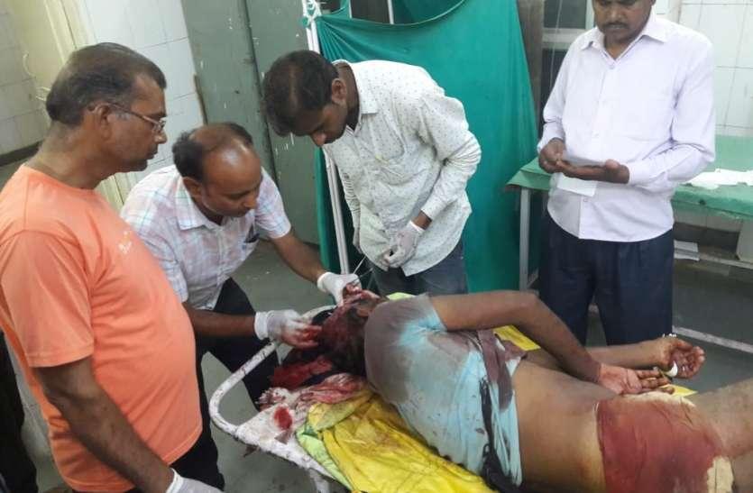 लाठी-कुल्हाड़ी से हमला कर पिता को मौत के घाट उतारा,दो बेटो को किया घायल