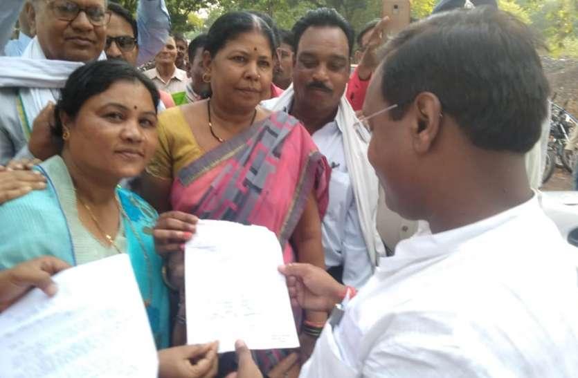 प्रभारी मंत्री से मांगों को लेकर ग्रामीणों ने लगाई गुहार