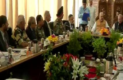 गृहमंत्री अमित शाह का कश्मीर दौरा, श्रीनगर में अधिकारियों के साथ बैठक जारी