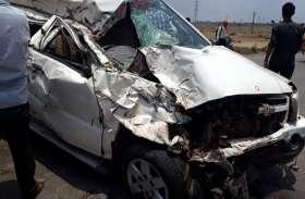 रांग साइड से आई बस कार से भिड़ी, 2 की मौत, 6 घायल, पीछे आ रहा मालवाहक भी पलट गया