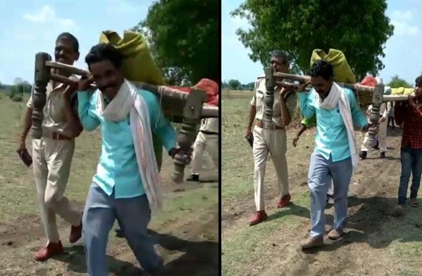 वाहन नहीं मिला तो शव को खाट में रख 3 किलोमीटर पैदल चले पुलिस और परिजन - देखें वीडियो
