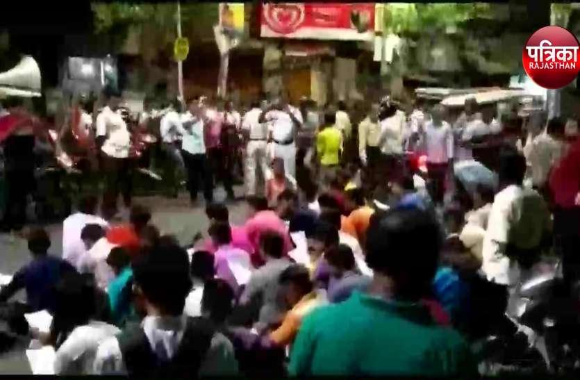 BJYM कार्यकर्ताओं ने रोड़ पर पढ़ी हनुमान चालीसा