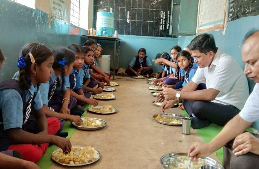 बच्चों के साथ जमीन पर बैठकर खाना खाने वाला ये शख्स निकला IAS, स्टूडेंट्स बोले - मजा आ गया