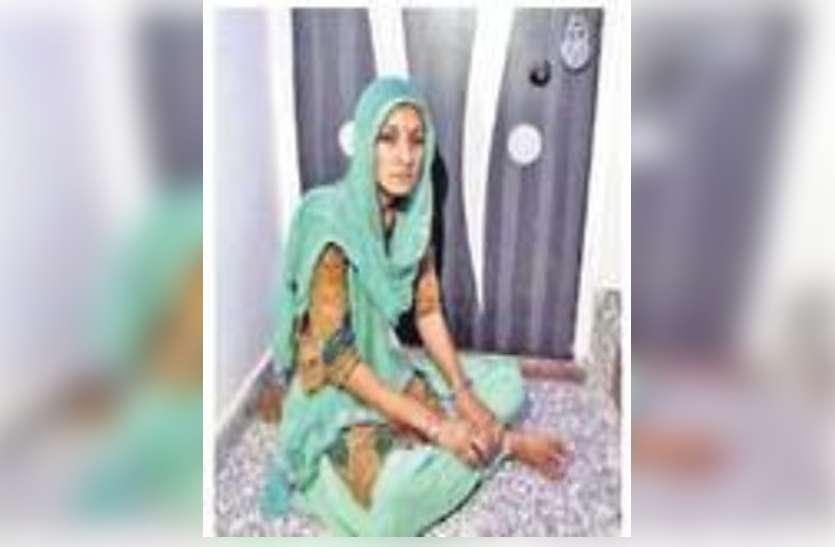 दहेज में नहीं दिया मकान, इसलिए ससुराल में चार दिन से भूखी-प्यासी बैठी है शहीद की बेटी