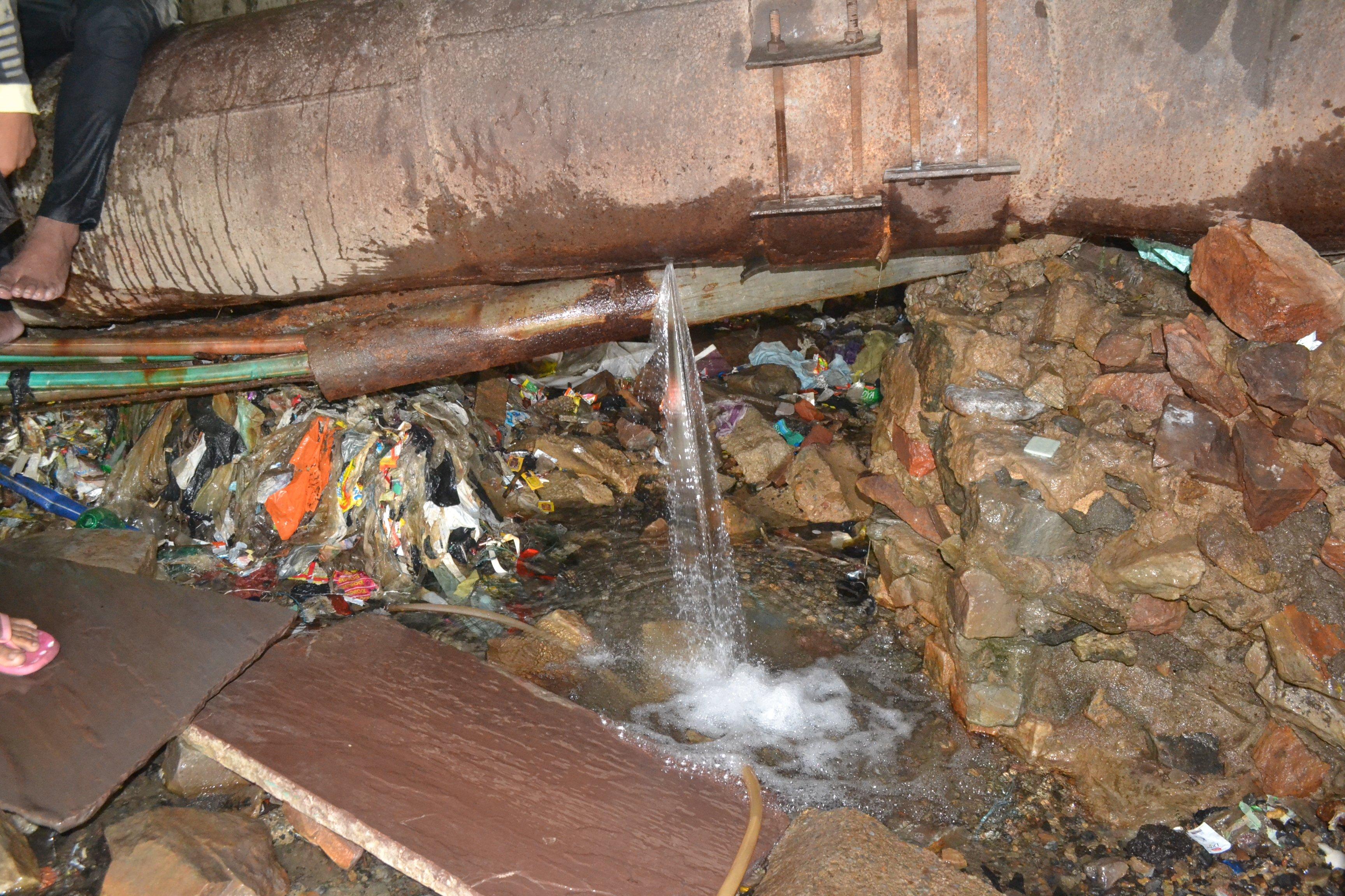 रोजाना बर्बाद हो रहा हजारों लीटर पानी