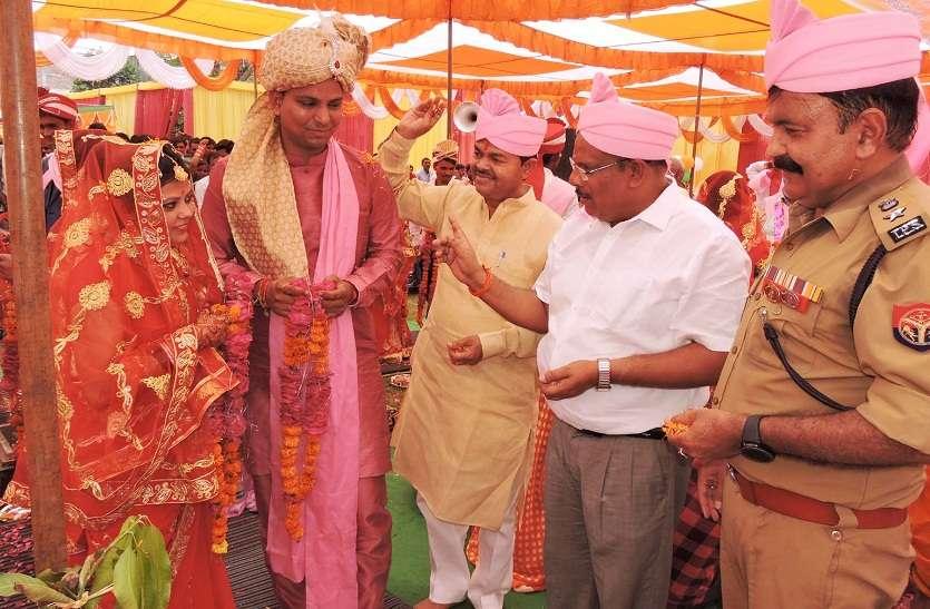 265 जोड़ों की धूम धाम से हुई शादी, डीएम-एसएसपी ने की अगवानी, किसी ने लिए फेरे तो किसी ने कहा कबूल है