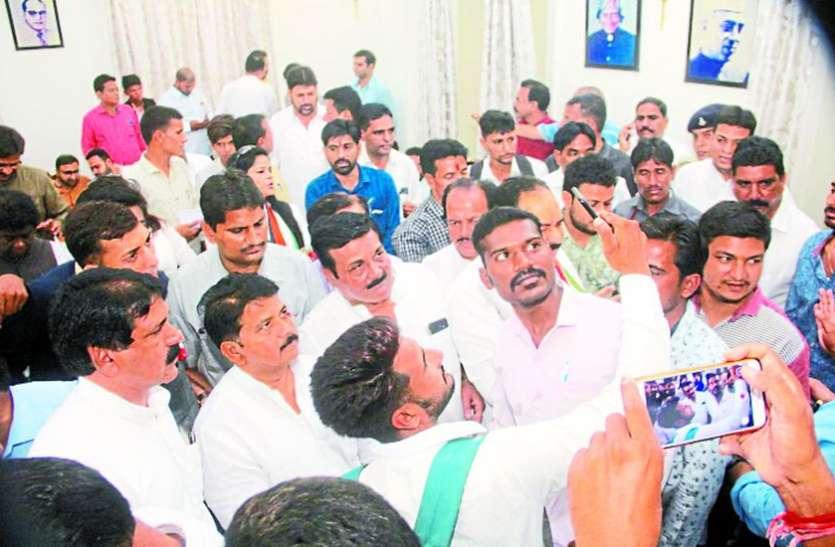 मंत्री बाला बच्चन की जनता दरबार में पहुंचे कार्यकर्ता, सेल्फी में जुटे लोग