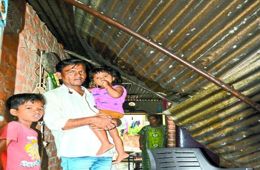 भारी बारिश से टूट गई घर की छत, फैला करंट, अंधेरे में गुजारी लोगों ने रात