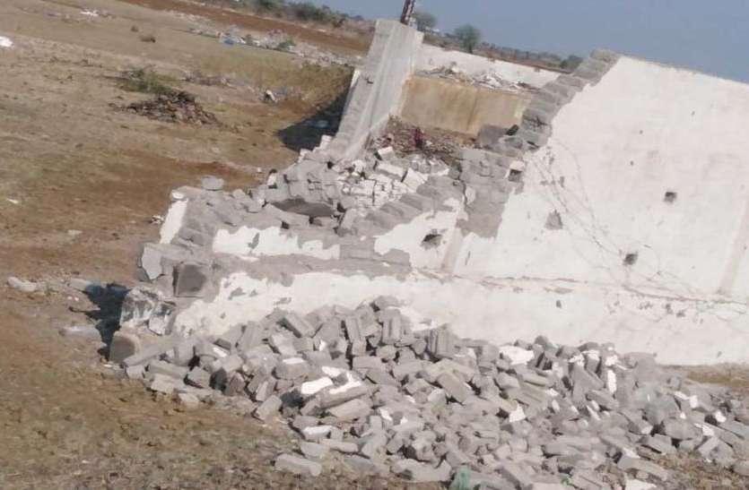 घटिया निर्माण से बनी डंपिंग यार्ड की दीवार टूटी