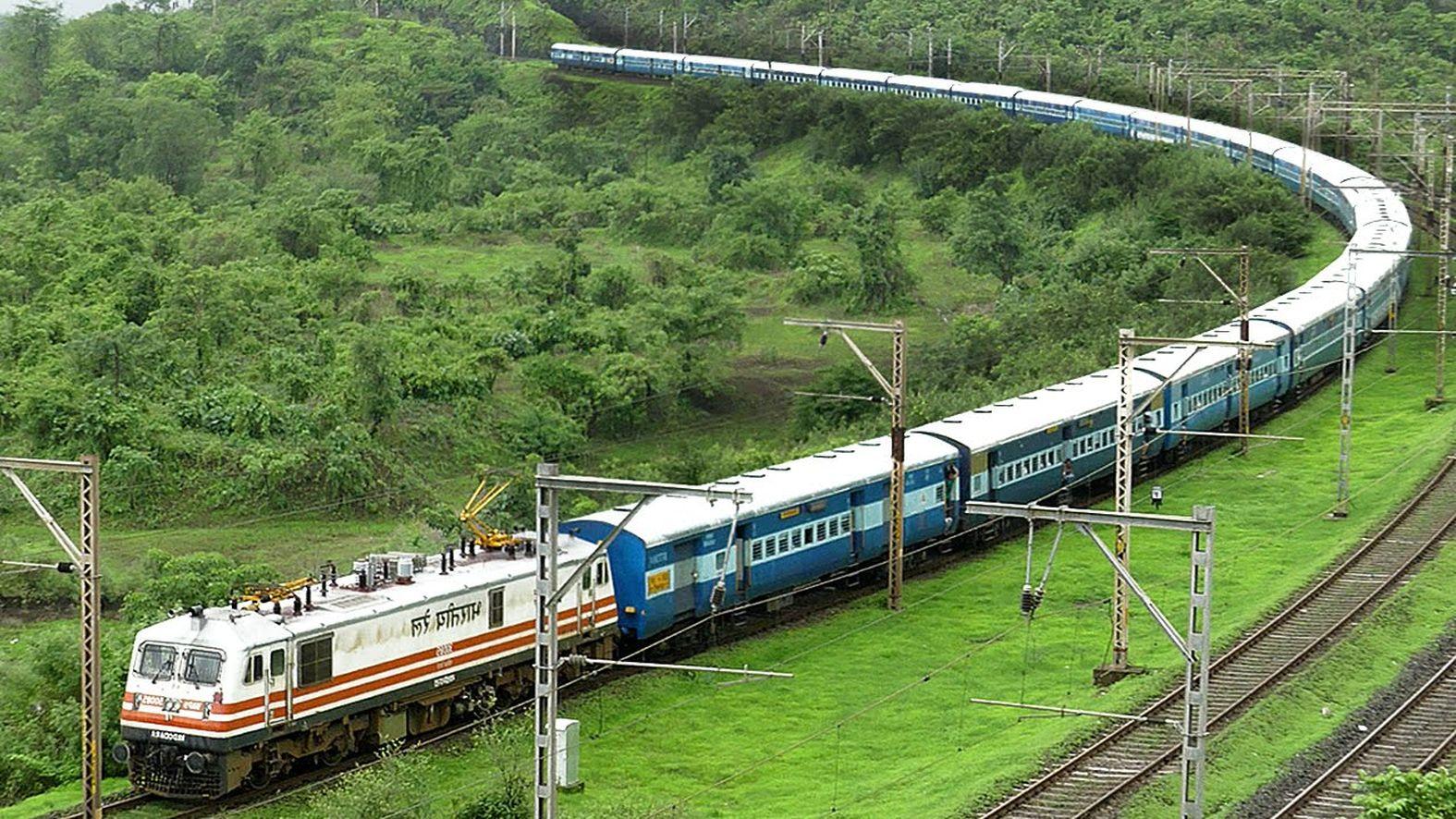 रेलवे में अजब हालात: कर्मचारी कम करके बढ़ा रहे काम, अब ट्रेनों का मेनेंटेस हो रहा प्रभावित