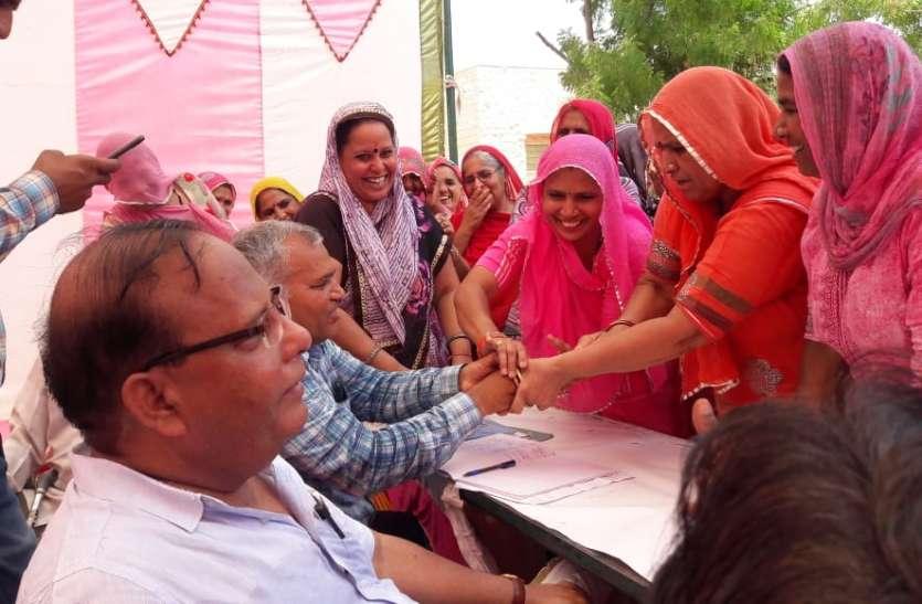 Water Crisis In Nagaur : महिलाओं ने अधिकारियों को चूडिय़ां पहनाकर ओढाई चुनरी
