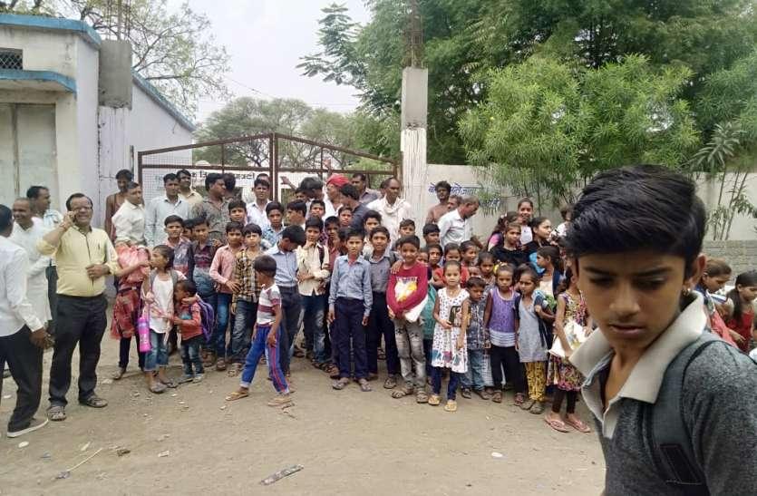 हाईटेंशन लाइन की ऐसी दहशत, बच्चों ने ठोक दिया विद्यालय के गेट पर ताला