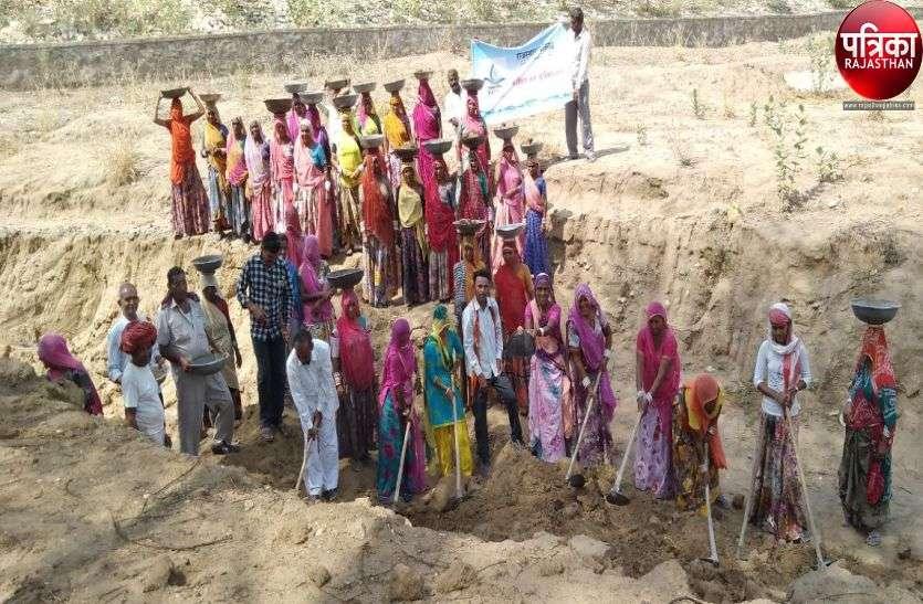 VIDEO : महिलाओं ने राजस्थानी गीत गाकर लिया जल संरक्षण का संकल्प, श्रमवीरों ने उत्साह के साथ बहाया पसीना