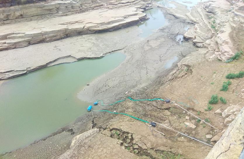 नदी भी सूख गई, अब प्यास बुझाने के लिए बारिश का आसरा