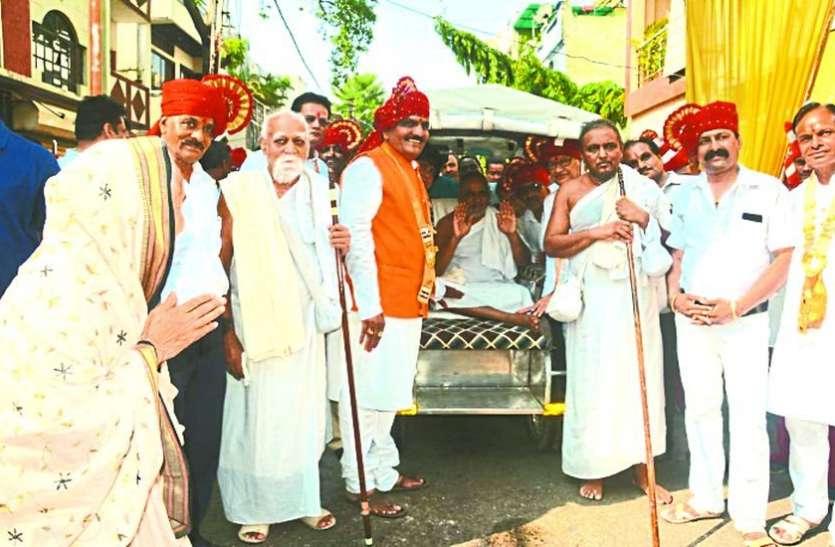 इंद्र-इंद्राणियों ने खींचा भगवान पाश्र्वनाथ का रथ, पंचाह्निका महोत्सव शुरू