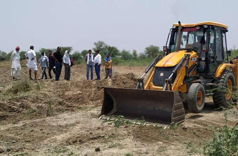 वीरांगना की आवंटित भूमि से दबंगों का अतिक्रमण हटा प्रशासन ने कराई तारबंदी