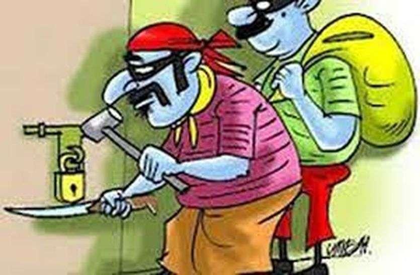 कूंदा तोड़ शराब दुकान से रुपए व शराब की पेटियां चोरी