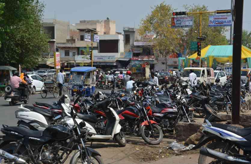 अलवर में चार दिन की सख्ती के बाद फिर पटरी से उतरी ट्रैफिक व्यवस्था,  No Parking में भी खड़े चौपहिया वाहन