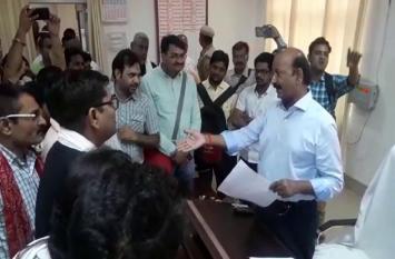 डीआईजी को बैठक कवर कर रहे पत्रकार पर आया गुस्सा, मोबाइल छीनकर डिनलीट किया वीडियो