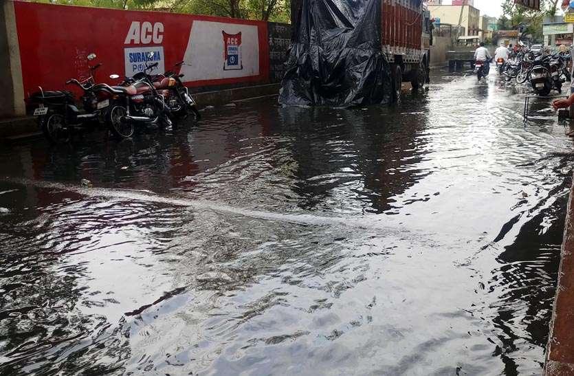 बारिश से सड़कों पर बह निकला पानी, गर्मी व उमस से मिली राहत