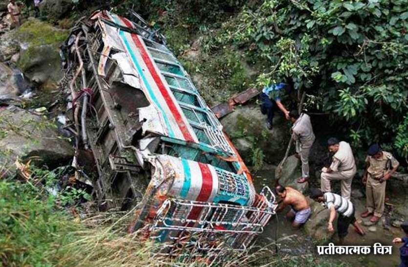 जम्मू-कश्मीर: शोपियां में बड़ा सड़क हादसा, बस के खाई में गिरने से 11 की मौत