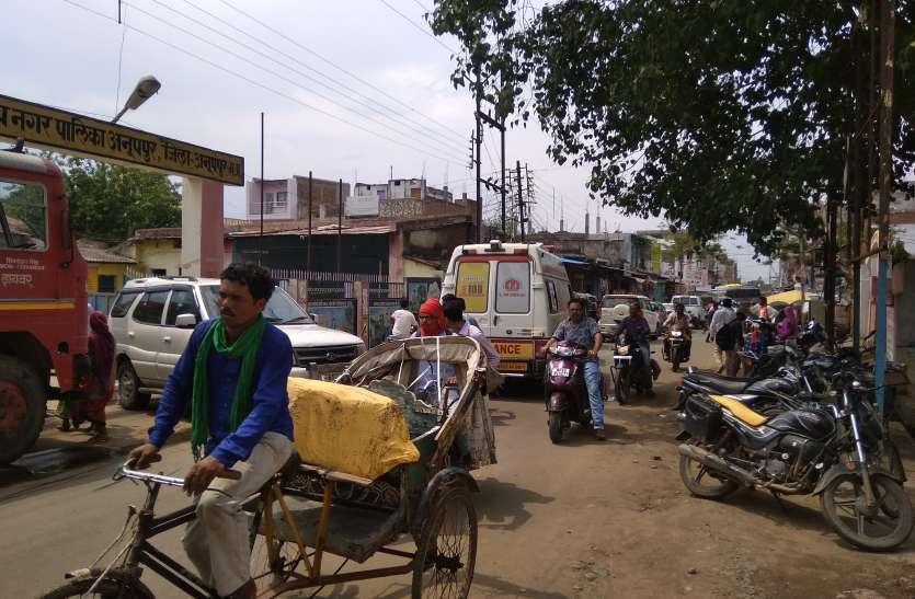 आधा किलोमीटर लम्बी जाम से यात्री हुए परेशान, जाम हटाने नहीं पहुंचा यातायात अमला