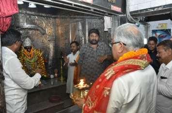 Chhattisgarh: सीएम भूपेश ने देर रात काली मंदिर में की पूजा अर्चना, अपनी मां के स्वास्थ्य के लिए की कामना