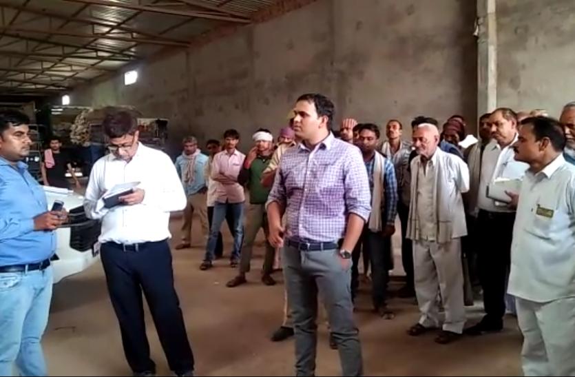 एफसीआई गोदाम पर डीएम ने की छापेमारी, फर्जी तरीके से नौकरी करते मिला व्यक्ति, देखें वीडियो