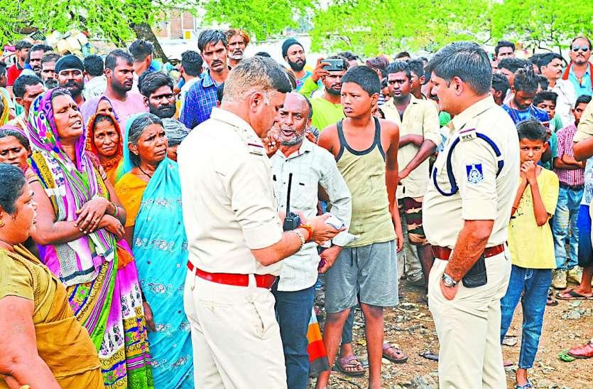 पुलिस और अधिकारियों के सामने अड़े 27 परिवार, लौटना पड़ा बैरंग