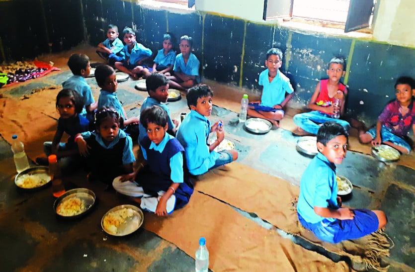 स्कूलों में मध्यान्ह भोजन के लिए अब तक निर्माण नहीं हो पाया किचन शेड, धुएं के बीच पढ़ रहे बच्चे