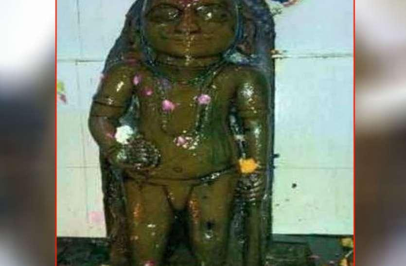इस मंदिर में शनि देव को तेल चढ़ाने के बाद लगाया जाता है गले