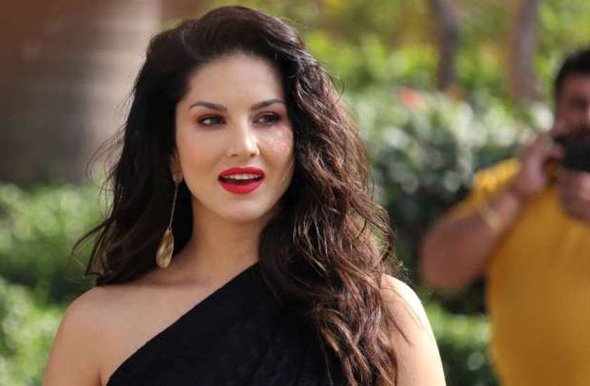 sunny-leone-gun-shot-by-person-on-sets-video