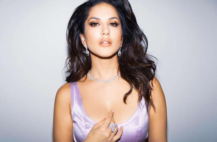 sunny-leone-gun-shot-by-person-on-sets