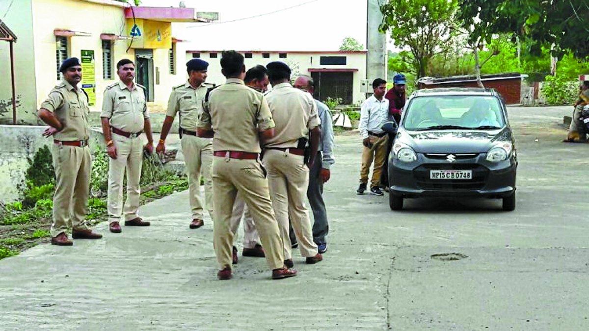 मुख्यमंत्री के शहर ही हकीकत जानने पहुंचे थे अधिकारी, स्थानीय नेताओं ने मचाया बवाल