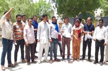 दलित युवक से मारपीट कर जुबान खींचने के आरोपी गिरफ्त से दूर, लोगों ने किया विरोध-प्रदर्शन