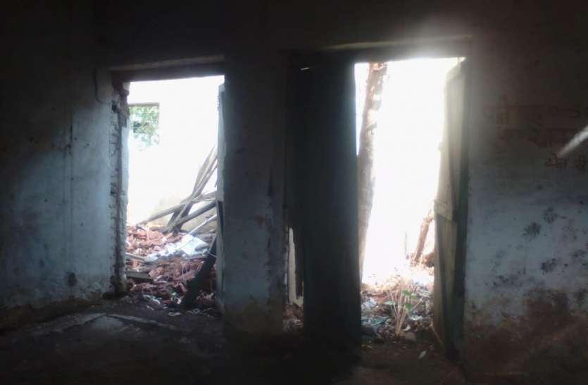 बल्लियों के सहारे टिकी स्कूल की छत, कभी हो सकता हादसा