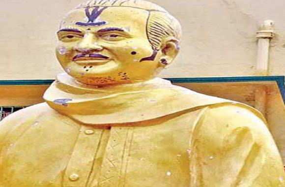 टीड़ीपी संस्थापक NTR की प्रतिमा पर बनाई फूहड़ डिजाइन, पूर्व मुख्यमंत्री के अपमान पर आंध्र में रोष