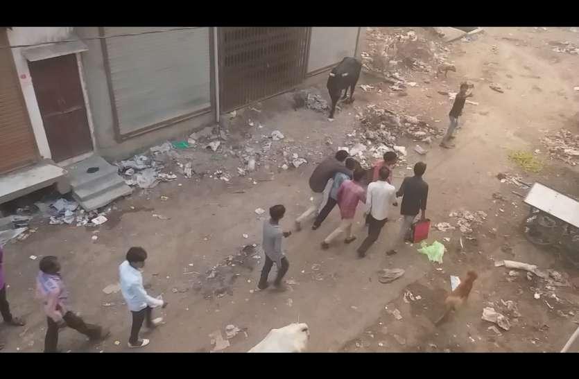 Video : युवक को पकड़ा और ले गए नाले में, वीडियो हुआ वायरल