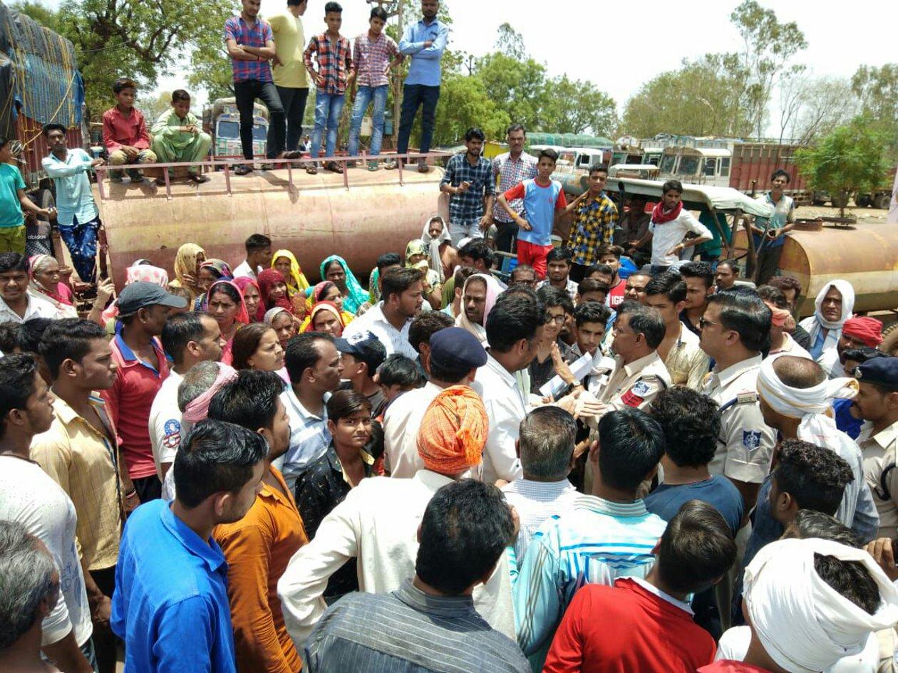 जर्जर बिजली की लाइन बदलने जनता ने किया झांसी रोड पर चक्काजाम