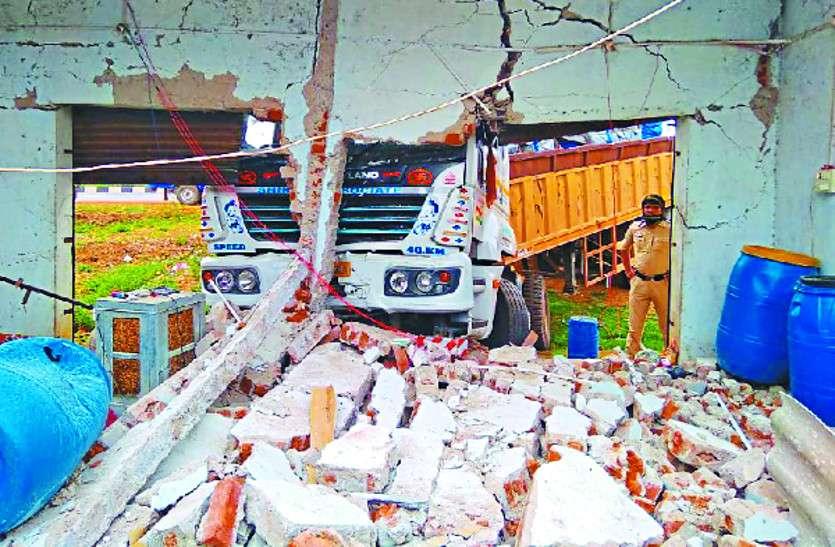 हादसा: ड्राइवर ने नहीं लगाया हैंडब्रेक तो दीवार तोड़ते हुए ढाबे में जा घुसा ट्रक, मची अफरा-तफरी