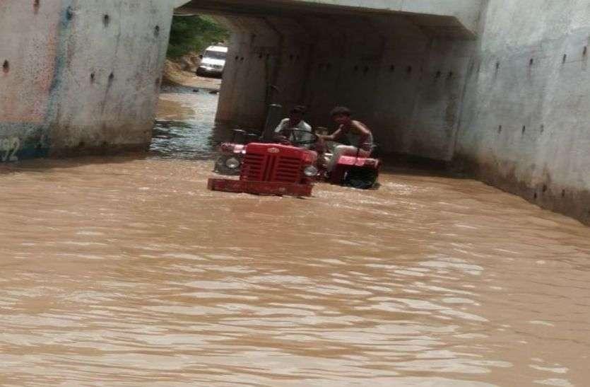 बारिश में पानी से भर जाता है यहां का अंडर ब्रिज