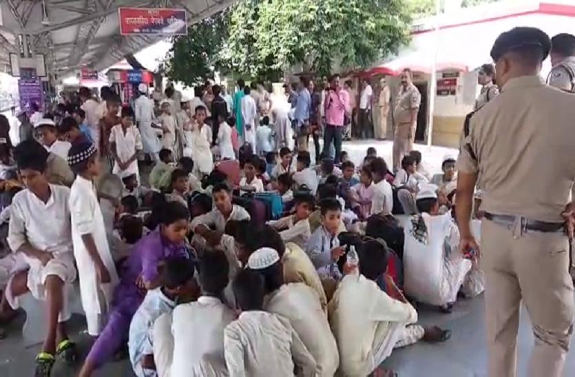 बरेली में 170 मुस्लिम लड़के ट्रेन से उतारे, मानव तस्करी का शक