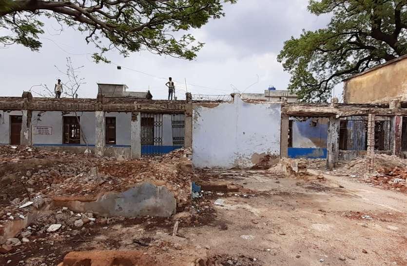 अवैध गतिविधियोंं का अड्डा बना पुराना भवन