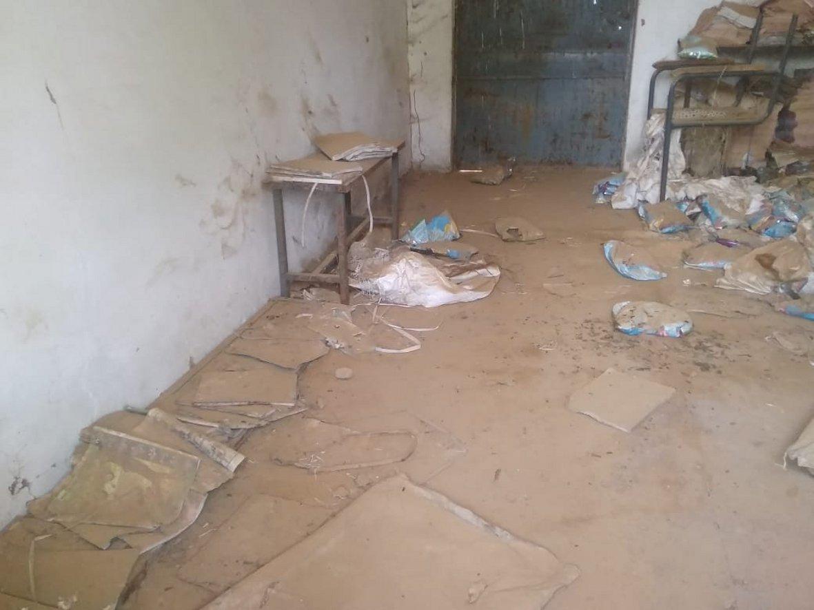 स्कूल के सुविधाघर में कचरे का ढेर