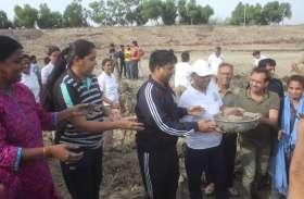 Ajmer: तालाब को बचाने के लिए जनता के साथ प्रशासनिक अधिकारियों और जनप्रतिधियों ने किया श्रमदान