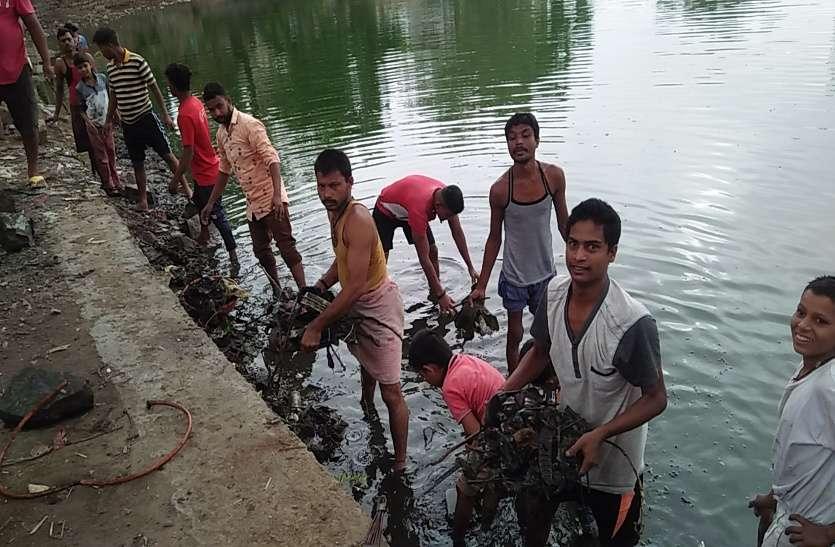 तालाबों के संरक्षण के लिए चलाया गया अमृतम जलम अभियान, सफाई करने बड़ी संख्या में जुटे लोग