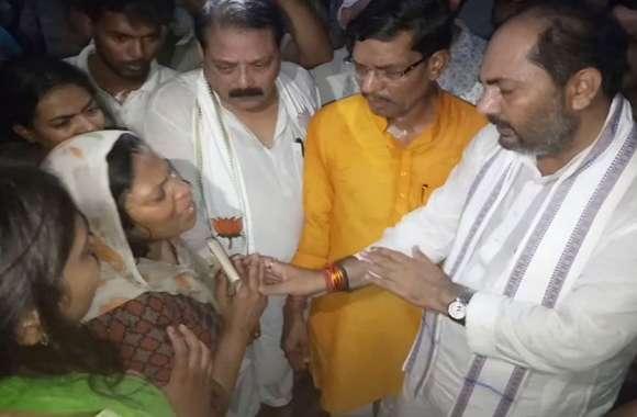 शहीद के घर पहुंचे यूपी के मंत्री ने कहा- हमला करने वाले नक्सलियों को चुन-चुनकर मारेंगे, देखे वीडियो