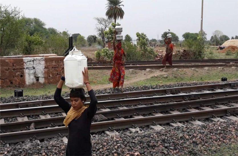 दो टंकी बनने के बाद भी पानी को परेशान ग्रामीण, तरस रहे बूंद—बूंद पानी को