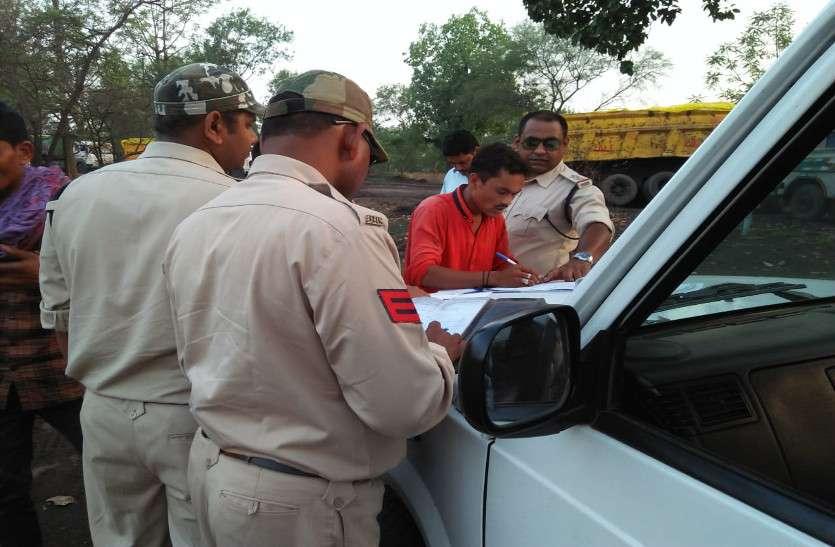 बिना तिरपाल से ढंके कोयला परिवहन, पुलिस ने 10 ट्रक पकड़ी वसूला जुर्माना