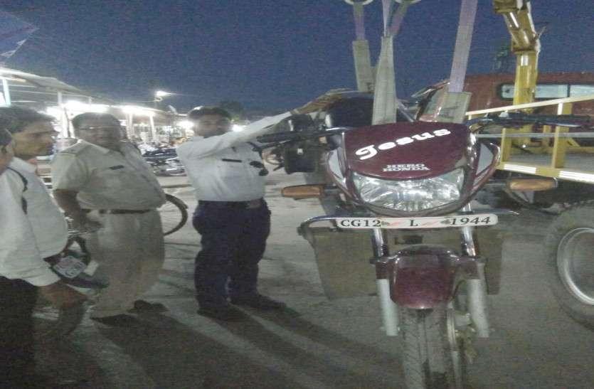 यातायात पुलिस छोटे वाहन चालकों पर इन दिनों लगातार कार्रवाई, भारी वाहनों को पकड़ो तो जाने!
